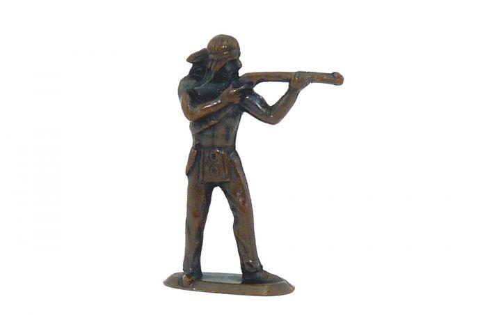 Indianer steht mit Gewehr. Erscheinungsjahr 1974 (Metallfigur)