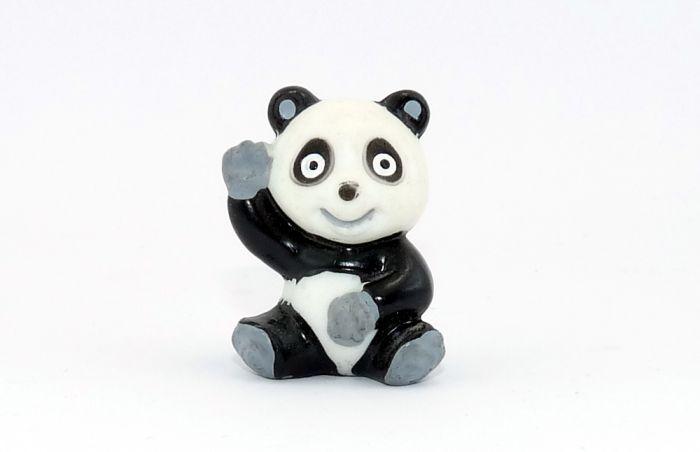 Tao Tao sitzt und winkt mit großen weißen Augen (Tao Tao)