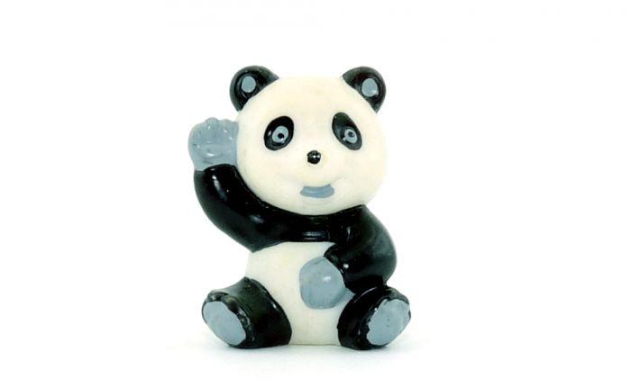 Tao Tao sitzt und winkt mit kleinen grauen Augen (Tao Tao)