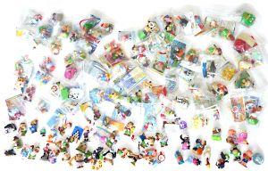 Einsteigerpaket mit 100 unterschiedlichen Überraschungsei Figuren. Figuren mit Zubehör und ca. 50% mit Beipackzetteln