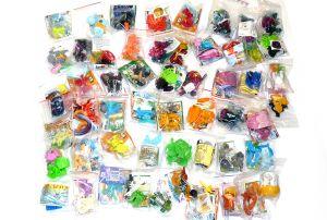 Über 50 Spielzeuginhalte aus dem Überraschungsei frisch verpackt in Einzeltüten.