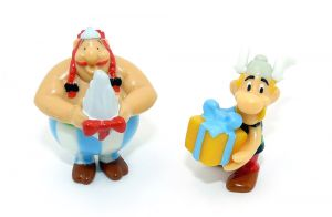 """Asterix und Obelix die beiden Freunde zusammen mit Geschenken aus der Serie """"Asterix Geburtstag"""""""
