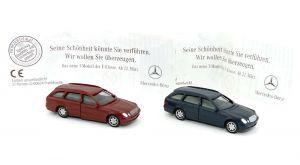 Mercedes T-Modelle die E-Klasse in blau und weinrot mit Benz Beipackzetteln