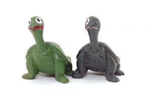 Komische alte Schildkröte. Die Schildkröte ist extrem dunkelgrün und hat nur ein Auge bemalt
