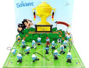 Satz Edeka Schlümpfe mit Spielfeld. 16 schöne Schlumpf Figuren beim Fußball spielen.