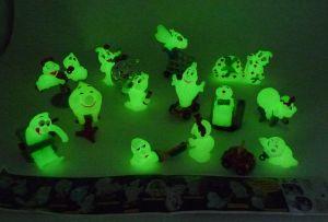 Fantasmini II Figurensatz mit einem Beipackzettel. Alle 10 Figuren der Serie die im dunkeln leuchten