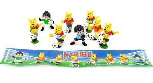 Satz Fußballer Figuren von Haribo mit Beipackzettel. Alle 8 Figuren der Serie