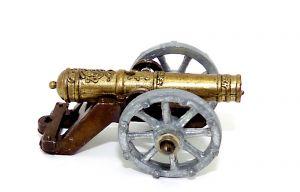 Historische Metall Kanone auf Rädern. Gestell dunkel, Kanone Meesing und die sind Räder verzinkt