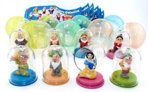 Walt Disneys Snow White Figurenset. Alle 8 Figuren der Serie mit Zettel und Ei Kapsel [Firma Tomy]