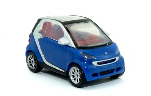 Smart Fortwo Coupe in blau mit Dach geschlossen als Automodell Maßstab 1:87